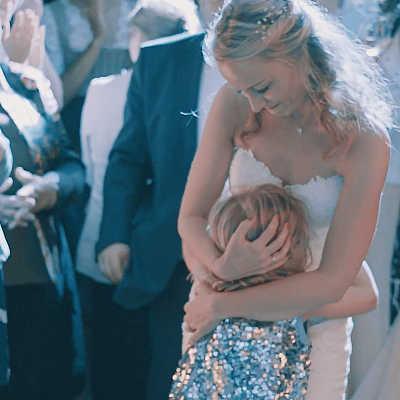 Braut tanzt mit Kind auf Tanzflaeche