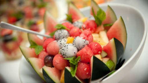 Melone-mit-Melonenkugeln-Fingerfood