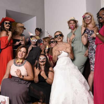 Die Partyleute mit Masken